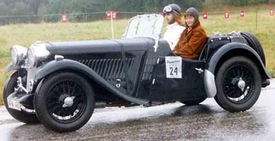 Бети Хейг и нейната навигаторка Барбара Маршал печелят ралито по време на олимпиадата в Берлин през 1936 г английския модел Singer Le Mans.