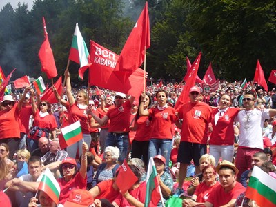 По традиция и днес хиляди социалисти и симпатизанти на лявата идея изкачиха връх Бузлуджа за събора, посветен на 127-ия рожден ден на БСП. СНИМКА: Ваньо Стоилов
