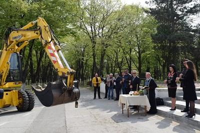 Ремонтът на улици в Козлодуй започна с водосвет.