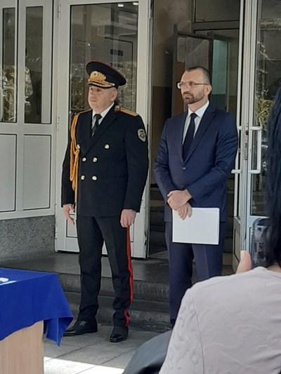 Областният управител Вълчо Чолаков /вдясно/ заедно със старши комисар Радослав Сотиров на официалната церемония за празника на полицията.Снимки:Елена Фотева