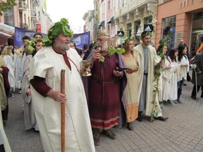 """Всяка година """"Дефила на младото вино"""" започва с Дионисиево шествие."""