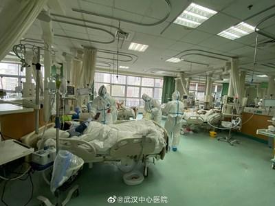 Лекари в Ухан се грижат за болните.