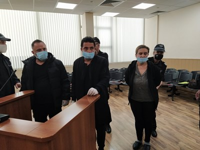Лихварят Стефан Асенов (в средата) е задържан заедно с брат си и жена си