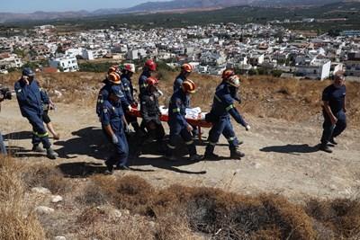 Спасителни екипи пренасят пострадал при рухването на сграда след земетресението на остров Крит. СНИМКА: Ройтерс