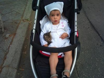 Малката хубавица много обича животните и затова е гушнала коте в количката си. СНИМКИ: ЛИЧЕН АРХИВ