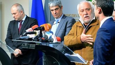 Емилиян Гебрев - вторият отдясно с жълтото яке