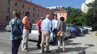 Георги Стаменов огледа терена за новия паркинг.