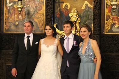 Щастливите младоженци Александър и Десислава Лазови позират с кумовете си Весела Кюлева-Станкова и съпруга й Мартин Станков. СНИМКА: Любо Илков
