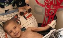 Хамилтън трогна света - прати истински болид в дома на момченце, на което му остават броени дни живот