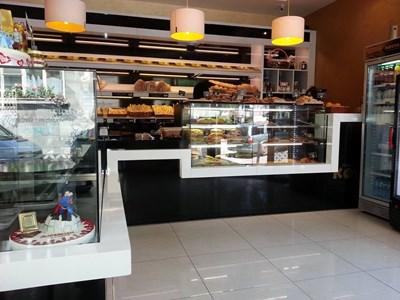 """Много вериги сладкарници в България вече са обзаведени с хладилните витри, изработени за тях по поръчка от """"Братя Чичеклиеви"""" ООД."""