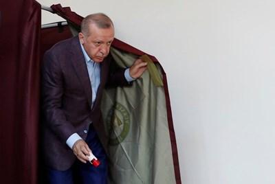 Реджеп Тайип Ердоган гласува на повторните избори в Истанбул Снимки: Ройтерс