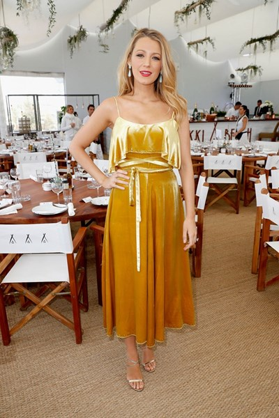 Лавли, бременна с второто си дете от съпруга си – актьора Райън Рейнолдс, облече кадифена рокля в ръждиво-оранжево по време на фестивала в Кан.