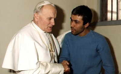 Папа Йоан Павел Втори с Мехмет Али Агджа на 27-ми декември 1983 г. Снимка: Ройтерс