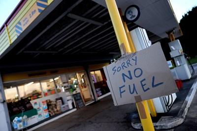 Много бензиностанции останаха без гориво, след като през почивните дни хората в Англия се паникьосаха и започнаха да се презапасяват.   СНИМКА: РОЙТЕРС