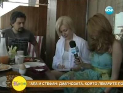 Стефан, Гала и Зейнеб (вдясно) в живо включване от дома на водещата. Гала пишеше през цялото време с флумастер върху тефтер. СНИМКИ: НОВА ТВ