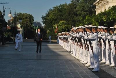 Президентът Румен Радев прие във Варна почетната рота от военни моряци по случай Деня на флота. Снимка ЦАНКО ЦАНЕВ