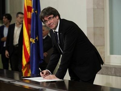 Карлес Пучдемон подписва декларацията за независимост на Каталуня. СНИМКА: РОЙТЕРС