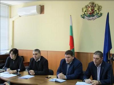 На снимката – областният управител Красимир Кирилов, заместниците му Красимир Николов и Живко Желязков и д-р Анелия Андонова – директор на Областната агенция по храните в Добрич.