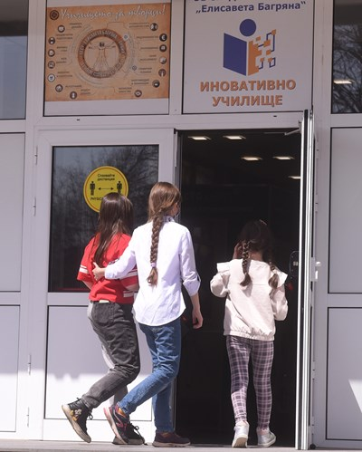 Училищата и масовите прояви са първите засегнати при затягането на мерките по места. СНИМКА: 24 ЧАСА