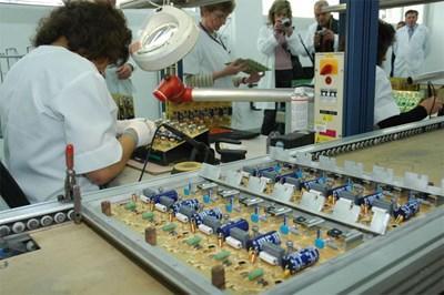 Електрониката, електротехниката, химията, парфюмерията и козметиката, машиностроенето, производството на мебели са част от приоритетно подкрепяните сектори. СНИМКА: БУЛФОТО