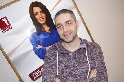 Даниел Михайлов позира за снимка на фона на плакат с Ася Методиева. СНИМКА: БНТ