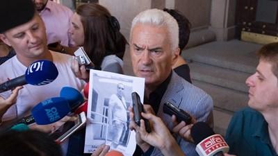 Волен Сидеров показва пред МС снимката на човек, който според него тормозел заведенията. СНИМКА: днес.бг