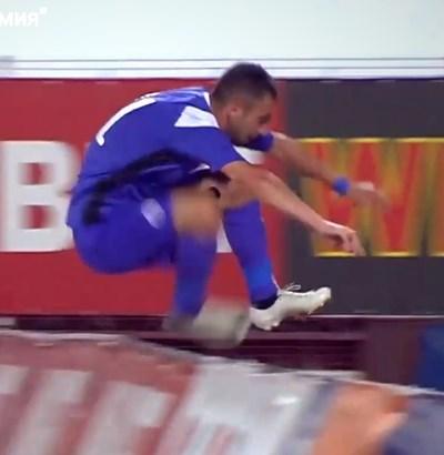 Даниел Младенов се радва на първия си гол.