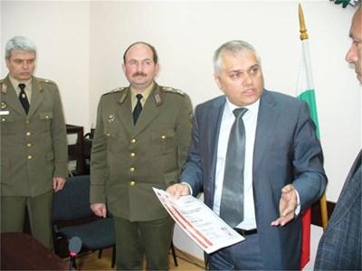 Зам.-министърът на отбраната Валентин Радев отговаря за продажбите на излишното въоръжение и техника. СНИМКА: ВАНЬО СТОИЛОВ