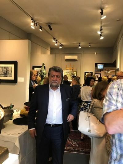 Вежди Рашидов посреща гостите на изложбата. Снимки: Комисията по културата и медиите към Народното събрание