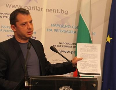 По-рано днес Делян Добрев огласи смущаващо съдружие на соцдепутатката Елена Йончева. СНИМКА: Румяна Тонeва