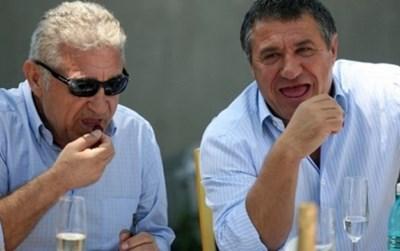 Джовани Бекали (вляво) люпи семки на мач. С него е брат му Виктор.