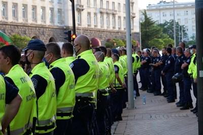 Униформени полицаи охраняват протест в София. Снимка: МВР
