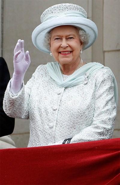 Кралица Елизабет Втора маха от балкона на Бъкингамския дворец на  тържествата за юбилея й.  На ревера й е брошката с 2-та диаманта Кулинан  III и  Кулинан IV. СНИМКИ: РОЙТЕРС И АРХИВ
