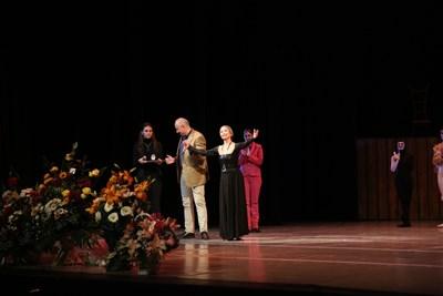 Колдамова каза пред публиката, че продължава да играе на сцената - вече чрез телата на своите ученици.
