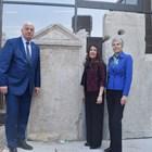 Здравко Димитров, Херо Мустафа и Нанси Шилър се снимаха пред стелата на Дионис на входа на Епископската базилика. Снимки: Руслан Йорданов