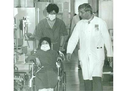 Проф. Чирков (вдясно) придружава малкия Иван (в количката) преди трансплантацията.  СНИМКА: ЛИЧЕН АРХИВ