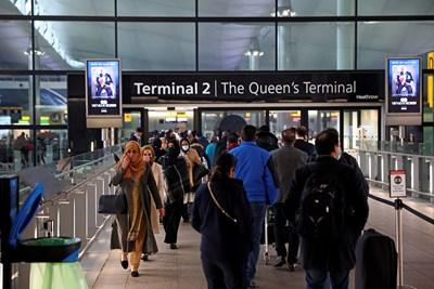 """Пътници се редят на опашка на лондонското летище """"Хийтроу"""". СНИМКА: РОЙТЕРС"""