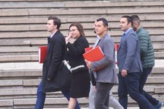Нинова бе придружавана от заместниците си в партията и в парламентарната група и от червени младежи.