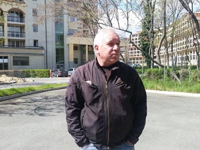 Предприемачът Николай Рангелов е един от евакуираните от хотелската сграда. Снимки ЕЛЕНА ФОТЕВА