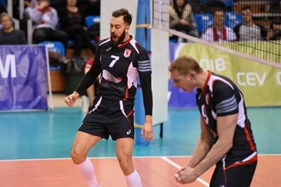 Николай Николов (с номер 7) се радва след блокада срещу полския отбор.