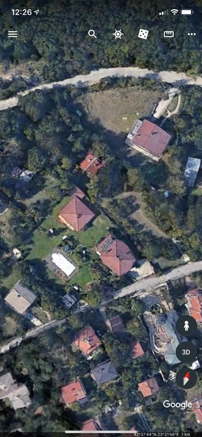 Горе вдясно е къщата на Патрик Паулето. Само една ограда я дели от тази на Пламен Дилков (вляво), която има и басейн в двора.