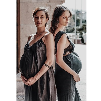 Весела (вляво) и Луиза позират с бременни коремчета дни преди да станат майки.