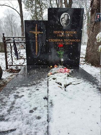 Откраднатият от гроба на Стоянка Мутафова кръст бе възстановен тази сутрин.