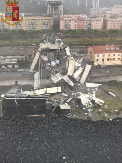 """Мостът """"Моранди"""" на магистралата А10, която свързва град Генуа със Савона и Вентимиля, рухна тази сутрин СНИМКА: Италианската полиция"""
