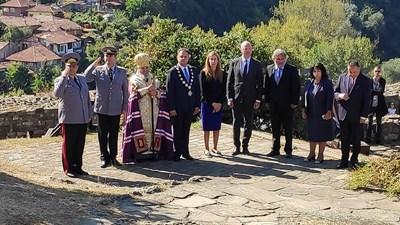 Кметът на Велико Търново Даниел Панов и представители на институциите поднесоха цветя на Пирамидата на Независимостта на Царевец.