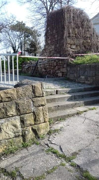 Ленти препречват достъпа до парковете и спортните съоръжения