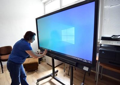 Заместник-директорката Ваня Вълкова показва новото мултимедийно устройство.