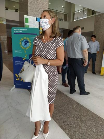 В момента Дани Каназирева е в рокля на бели точки в Дома на културата, а само преди половин час бе в коренно различен тоалет пред областната управа
