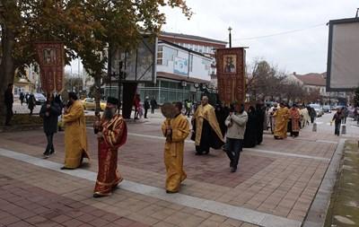 Видинският митрополит Даниил и духовници от енорията преминаха в лития през центъра на Монтана днес по обяд. Снимки Авторката