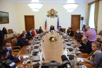 Около 2 часа продължи срещата на представителите от туристическия бранш с премиера Стефан Янев.  СНИМКА: Велислав Николов